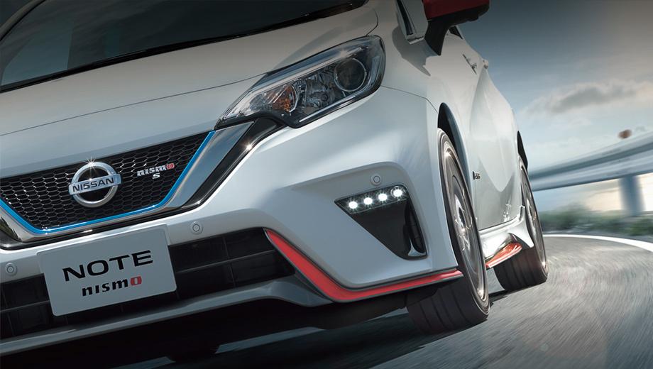Nissan note. Внешне исполнение Nismo S отличается от Nismo именно литерой S на решётке и корме. Агрессивный обвес и светодиодная оптика у версий одинаковые. Гибрид идентифицируется по шильдику e-Power.