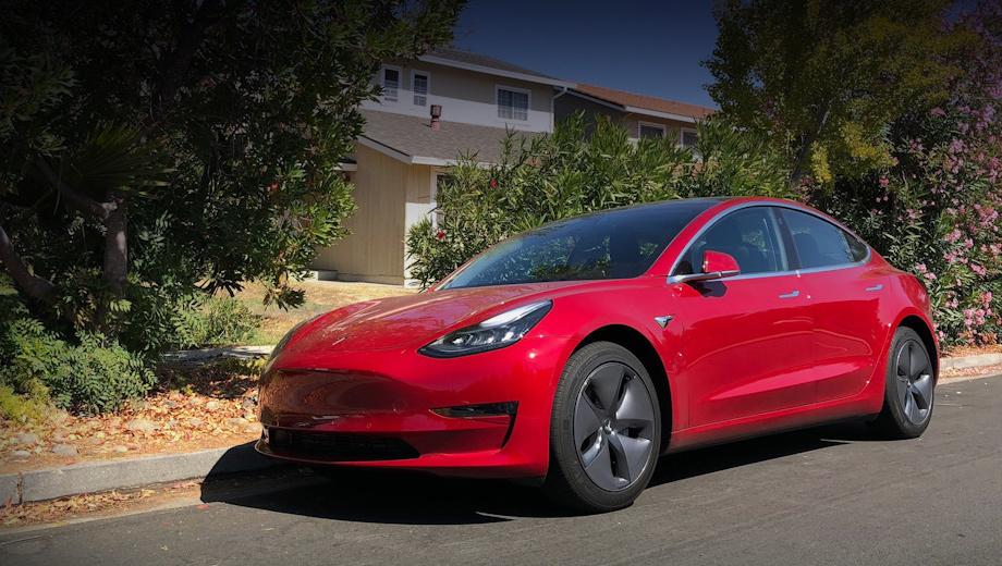 Tesla model s,Tesla model x,Tesla model 3. После апдейта активируются все восемь внешних камер, обеспечивающих 360-градусный обзор. Монитор мёртвых зон, ранее всецело полагавшийся на ультразвуковые датчики, отныне использует боковые и задние камеры. С фронтальной можно записывать 10-минутное видео.