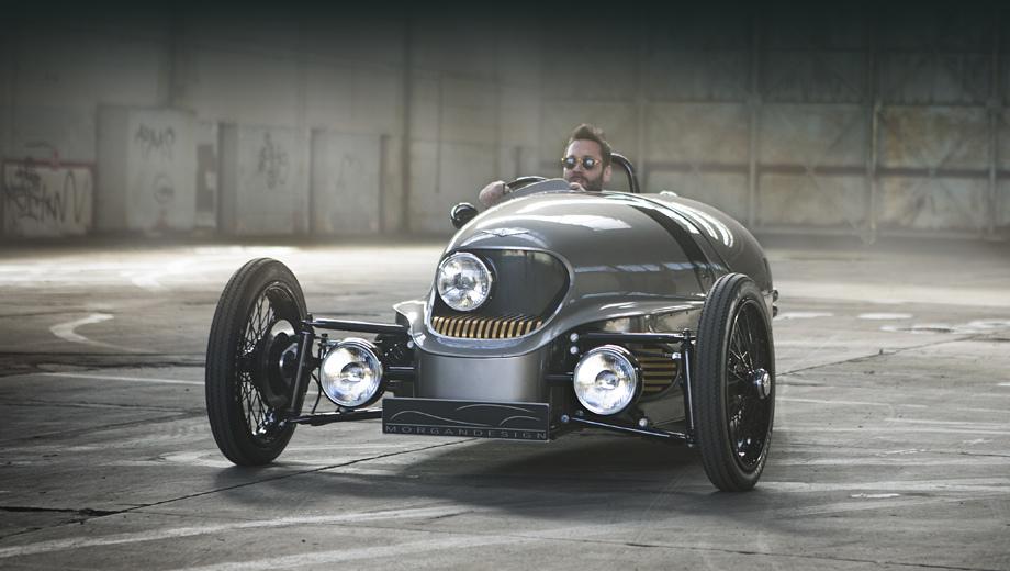 Morgan ev3. Проект электрокара отталкивался от бензиновой версии трёхколёсника Моргана. Носовая часть была заметно перекроена, ведь оттуда пропал агрегат V2 2.0. Зато «во лбу» автомобиля появилась третья фара, вызывающая ассоциации с циклопом.