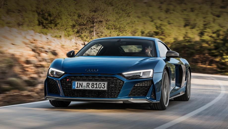 Audi r8,Audi r8 spyder. Конструкция решётки Singleframe, ставшей шире, существенно усложнилась. По краям образовались треугольные воздухозаборники, отделённые распорками. Передний сплиттер тоже расширен. Значок с кольцами может быть окрашен в глянцевый чёрный.