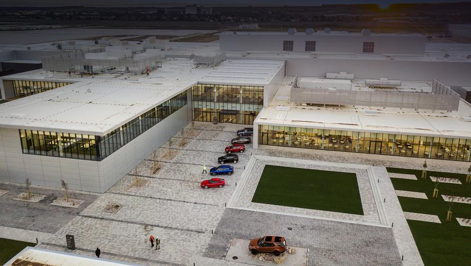 Landrover discovery. Производственный объект площадью 300 000 м² способен выпускать за год 150 000 автомобилей. В тестовом режиме конвейер заработал ещё в сентябре, а сегодня состоялось официальное открытие.