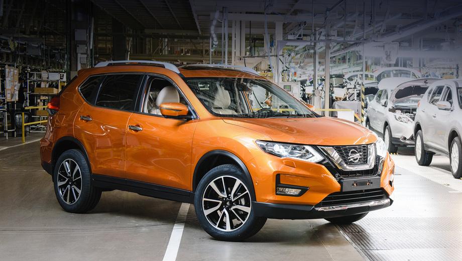 Nissan x-trail. Решётка стала шире, центральный V-образный элемент — массивнее. В фарах переработана светодиодная начинка, а в новом бампере круглые противотуманки заменены трапециевидными.