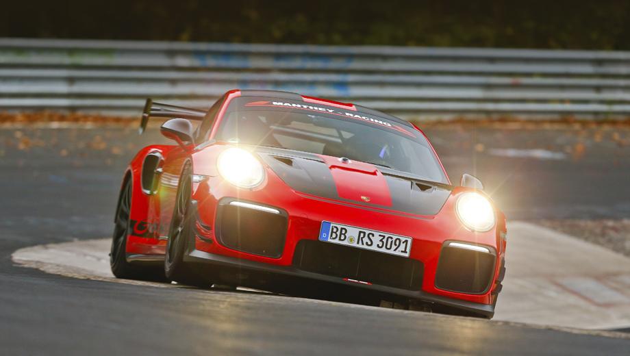 Porsche 911,Porsche 911 gt2 rs,Porsche 911 gt2 rs mr. Автомобиль, использованный в заезде, был не вполне стандартным вариантом GT2 RS, что отражено в добавочном индексе MR, однако его можно купить и использовать как на треке, так и на дорогах.