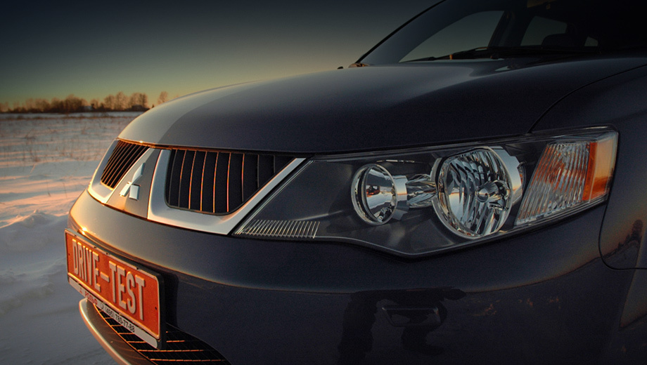 Mitsubishi outlander. Новое поколение Mitsubishi OutlanderXL избавилось отогромного носа, ноприобрело принципиально другую начинку.