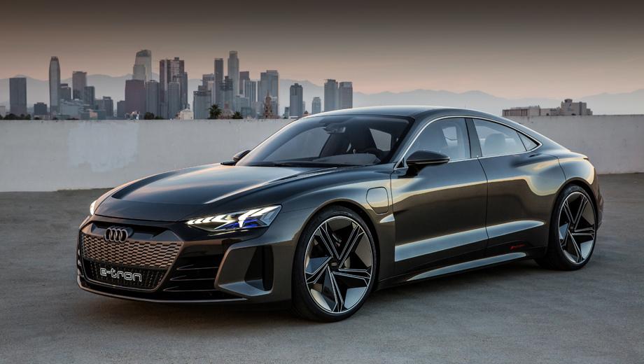 Audi e-tron gt,Audi concept. По размерам и пропорциям концепт близок к хэтчу А7, но будет самостоятельной моделью со своим кузовом. Длина GT равна 4,96 м, ширина — 1,96, высота — 1,38, колёсная база — 2,9 м. Колёсные диски на 22 дюйма снабжены шинами размерности 285/30. И да, это седан, хотя компания использует определение «четырёхдверное купе».