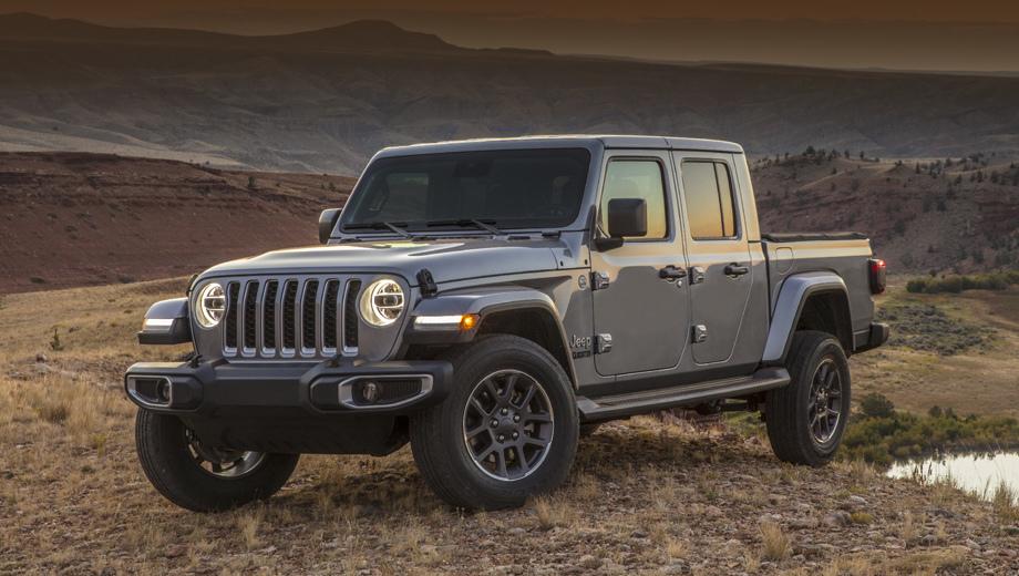 Jeep gladiator,Jeep wrangler. Автомобиль представлен в исполнениях Overland (серый образец на снимках) и Rubicon (красный). Длина Гладиатора равна 5539 мм, на 754 мм больше, чем у четырёхдверного Рэнглера. Колёсная база — 3487 (+480), ширина — 1875, высота — 1857 мм с жёсткой крышей и 1907 — с мягкой (на версии Rubicon). Тут почти паритет с Рэнглером.