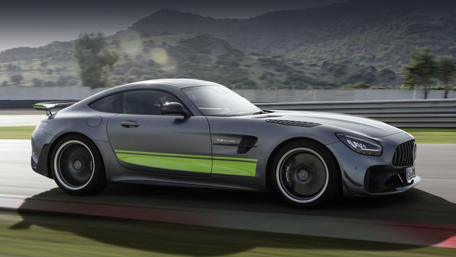 Mercedes amg gt. Версия PRO построена с использованием опыта работы над гоночными сородичами AMG GT3 и AMG GT4. Отличить её от собратьев можно по гипертрофированному сплиттеру и «жабрам» на верхней части крыльев.