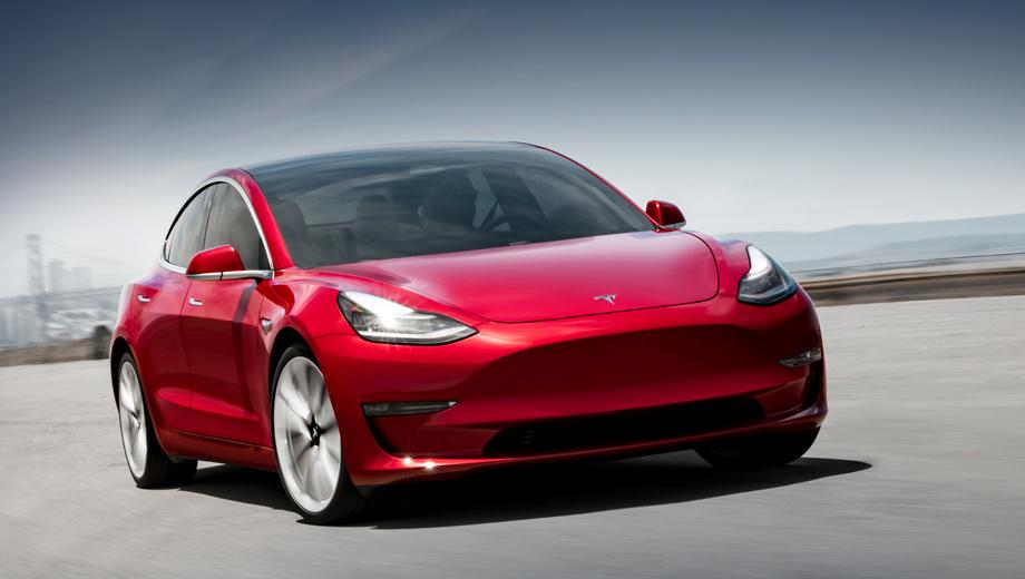 Tesla model 3. Четырёхдверка для Старого Света внешне отличается от американской (на фото) разве что белыми огнями в переднем бампере вместо оранжевых. Зарядка рассчитана на стандарт CCS, чтобы можно было «заправляться» в таких сетях, как Ionity.
