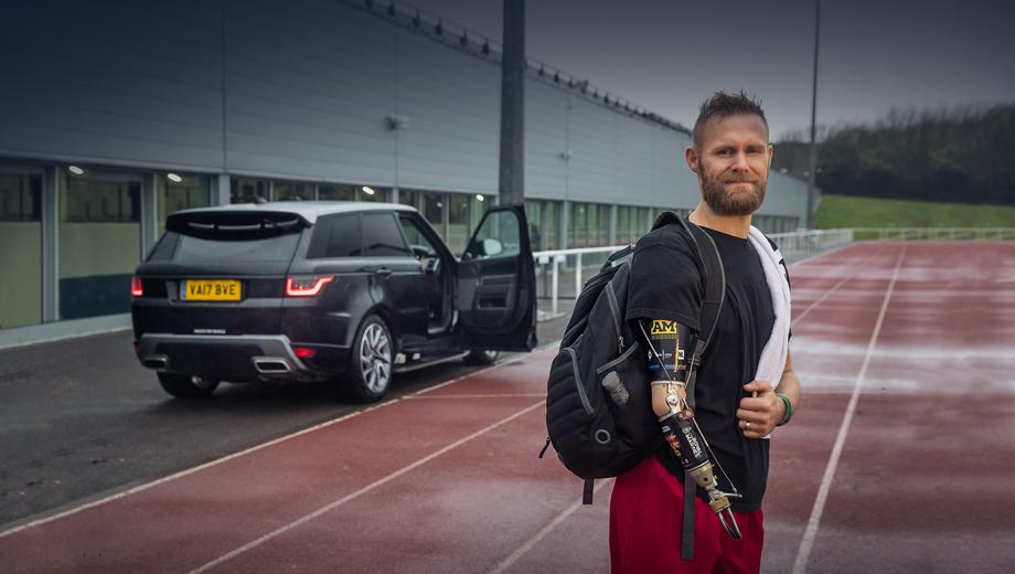 Landrover range rover sport. Испытывать новую систему  JLR помогает Марк Ормрод. Во время службы морским пехотинцем он потерял обе ноги и правую руку, но не сдался. Сегодня Марк известен как тренер и общественный деятель, многократный победитель соревнований для людей с ограниченными возможностями.