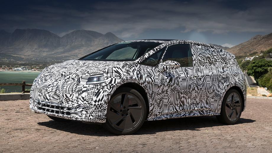 Volkswagen id. Из размеров первенца на платформе MEB известна только длина — 4,25 м. Примерно на столько же вытянулся Golf. Багажника спереди нет, поскольку подкапотное пространство оккупировали климатическая установка и что-то ещё. Прототип ездит на 20-дюймовых колёсах.