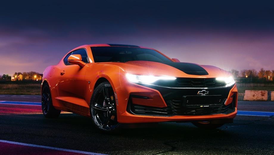 Chevrolet camaro. Дорестайлинговая модель в России уже по умолчанию комплектовалась биксеноном. Теперь сделан ещё один шаг вперёд: обновлённое купе «в базе» оснащено светодиодной головной оптикой.