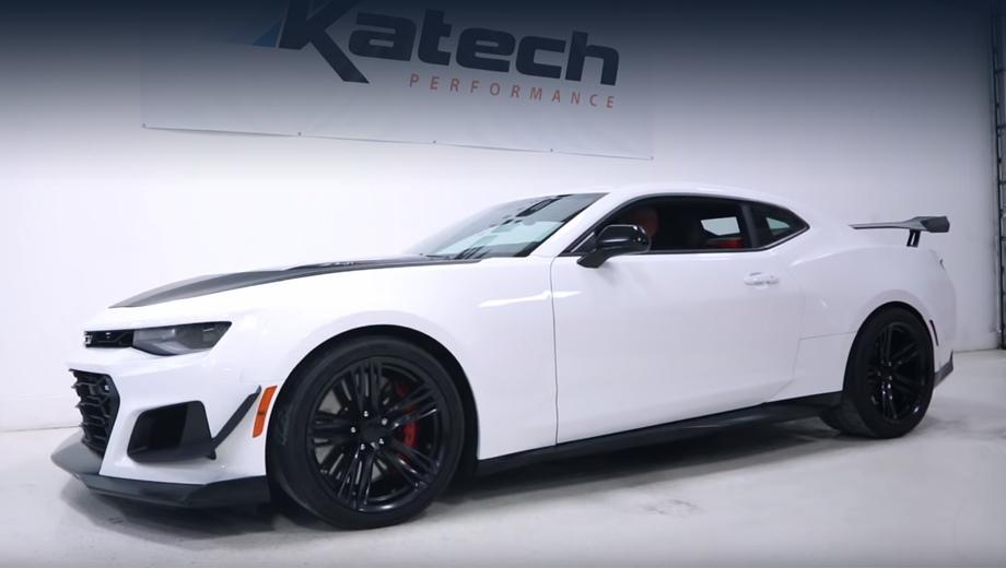 Chevrolet camaro,Chevrolet camaro zl1,Chevrolet camaro zl1 1le. Двухдверка Camaro ZL1 1LE в заводском виде выглядит интересно: крупные крылья-канарды и антикрыло, чёрный капот, особенно выделяющийся, как здесь, на фоне белого кузова, глянцево-чёрные колёсные диски на 19 дюймов... Потому ателье Katech в облик исходника вмешиваться не стало.
