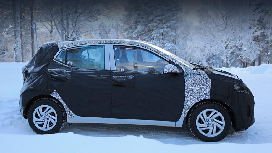 Hyundai i10. Подъём подоконной линии очень похож на прежний, и всё же отличен, как и окошко в задней двери. Передняя дверь тоже говорит о новом кузовном «железе»: треугольник в основании зеркала полностью вписан в разъём, а раньше уголок выступал вперёд.