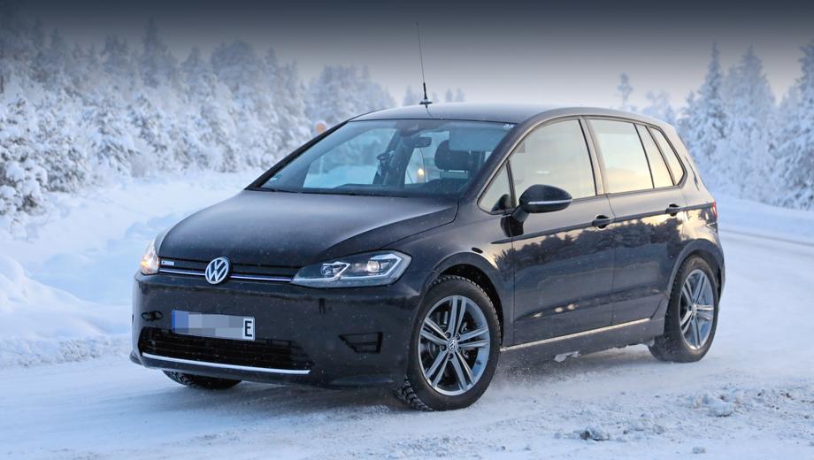 Volkswagen golf sportsvan,Volkswagen e-golf,Volkswagen e-golf sportsvan. На бампере есть чёрные накладки, скрывающие финальный дизайн. Но тут должно появиться что-то вроде диодных скобок по краям, как у «и-Гольфа». От последнего взята решётка радиатора с заглушкой, синей полосой и шильдиком e-Golf.