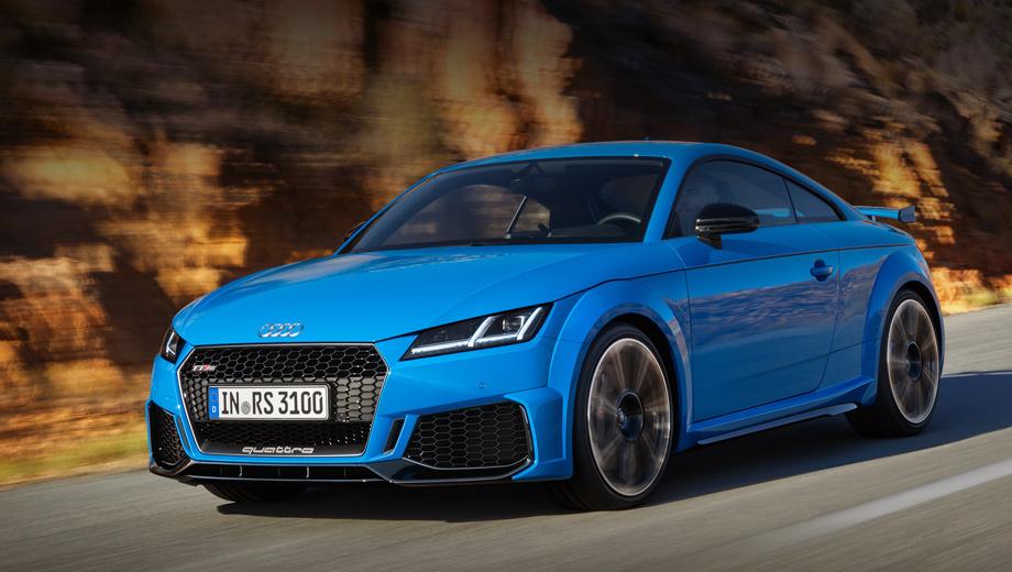 Audi tt,Audi tt rs. Воздухозаборники в который раз увеличены и получили новые рёбра. Глянцево-чёрная решётка радиатора теперь обрамлена матово-чёрной полосой, логотип quattro на ней — матово-титановый. Сплиттер «в базе» — в цвет кузова, но есть матово-алюминиевый и глянцево-чёрный варианты.