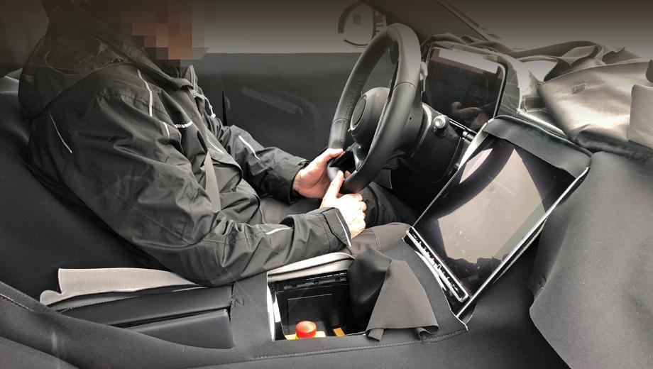Mercedes s. Экран выглядит парящим. Салон здесь частично замаскирован, но, кажется, под новым дисплеем останется немало свободного пространства для разной мелкой поклажи.