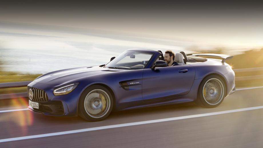Mercedes amg gt,Mercedes amg gt r roadster. Отличительная черта R-версии — воздухозаборники с парой горизонтальных планок. За усиление потока воздуха, идущего через радиаторы, отвечают также дополнительные прорези в подкрылках, а за рост прижимной силы — крупный сплиттер.