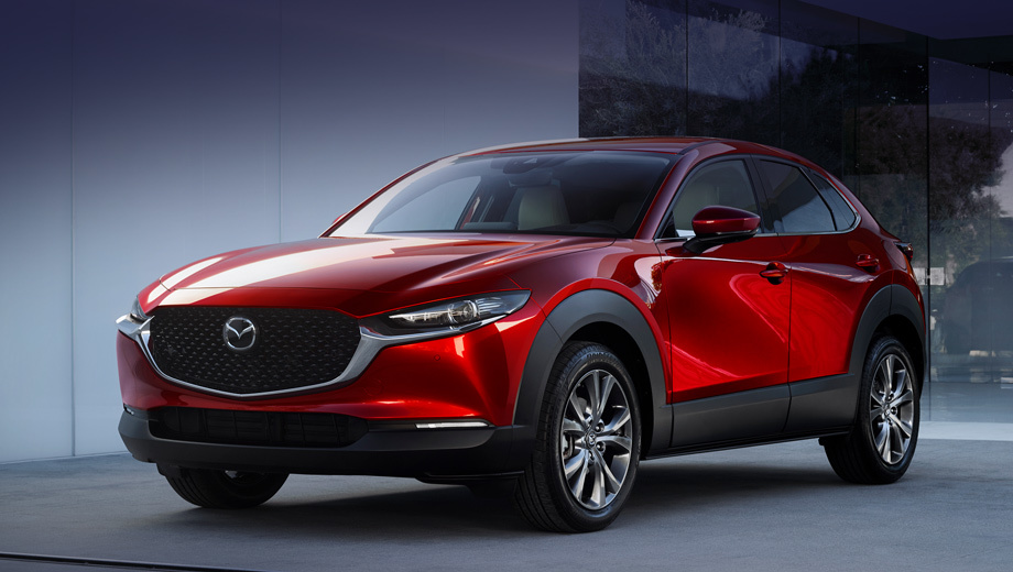 Mazda cx-30. Длина, ширина, высота «тридцатки» — 4395×1795×1540, колёсная база — 2655 мм. Для сравнения, у Мазды CX-3 — 4275×1765×1550, 2570 мм, у модели CX-5 — 4550×1842×1680, 2700 мм, у «китайца» CX-4 — 4633×1840×1535, 2700. И, до кучи, хэтчбек Mazda 3 — 4459×1797×1440, 2725 мм.