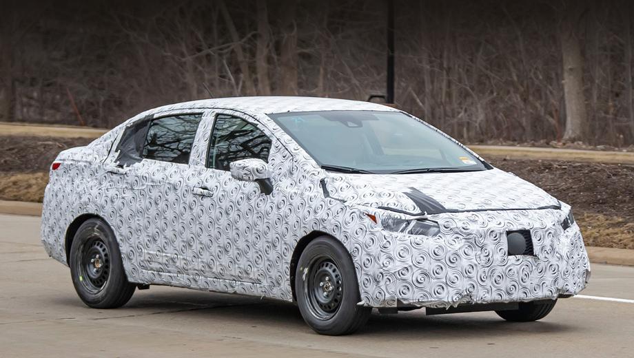Nissan versa. Тестовый автомобиль замаскирован сильно. И всё же фотографам удалось рассмотреть детали. Передняя и задняя оптика здесь подражают фарам и фонарям более крупного седана Altima нового поколения.