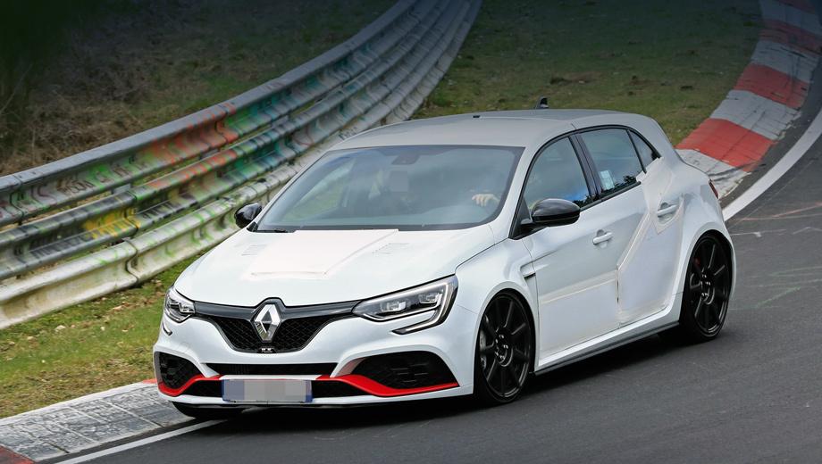 Renault megane,Renault megane rs,Renault megane rs trophy. Первым делом в глаза бросается вентилируемый капот с боковыми решётками и большим выступом посередине — ничего подобного у Trophy-R раньше не было. Надеемся, «шашечки» противотуманок не принесены в жертву борьбе с лишним весом.