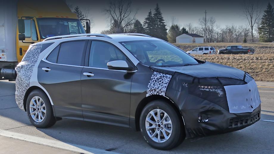 Chevrolet equinox. Под маскировкой у Экинокса проглядывает новая передняя оптика, которая, похоже, станет многоэтажной, в стиле новейшего Блейзера.