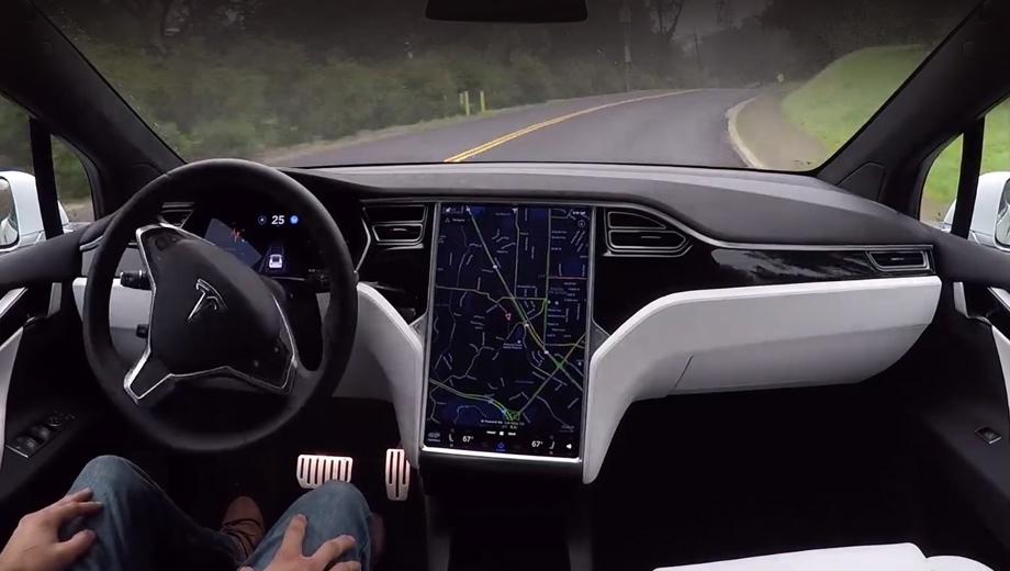 Tesla model s. Разумеется, все свои трюки хакеры выполняли на закрытой площадке. Однако они отмечают, что однажды нечто подобное может случиться на обычной дороге.
