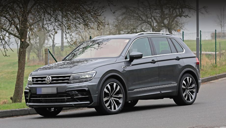 Volkswagen tiguan,Volkswagen tiguan r. Этот Tiguan выглядит как обычная версия с пакетом R-Line (даже шильдик такой на решётке есть), без противотуманок. Однако перед нами лишь тестовый образец, и в финале некоторые детали декора будут изменены.