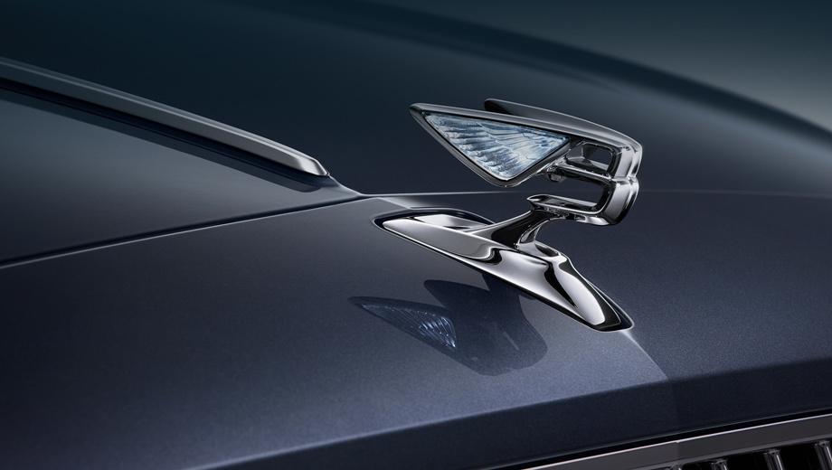 Bentley flying spur. Кажется, британцы встроили в выдвижную эмблему Flying B диоды, и теперь она светится. Решётка набрана из вертикальных планок, тогда как сейчас используется диагональная сетка. «Плавник» на капоте сохранился, и больше тут сказать нечего.