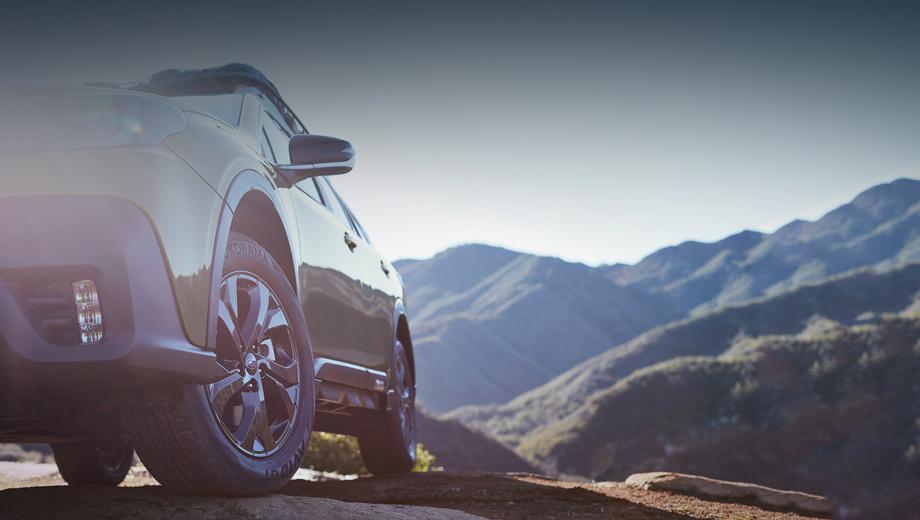 Subaru outback. Тизер даёт понять, что у Аутбека появились чёрные накладки на колёсные арки, а боковые зеркала переехали с дверных панелей «на стёкла». Фары, противотуманки и передний бампер — новые.