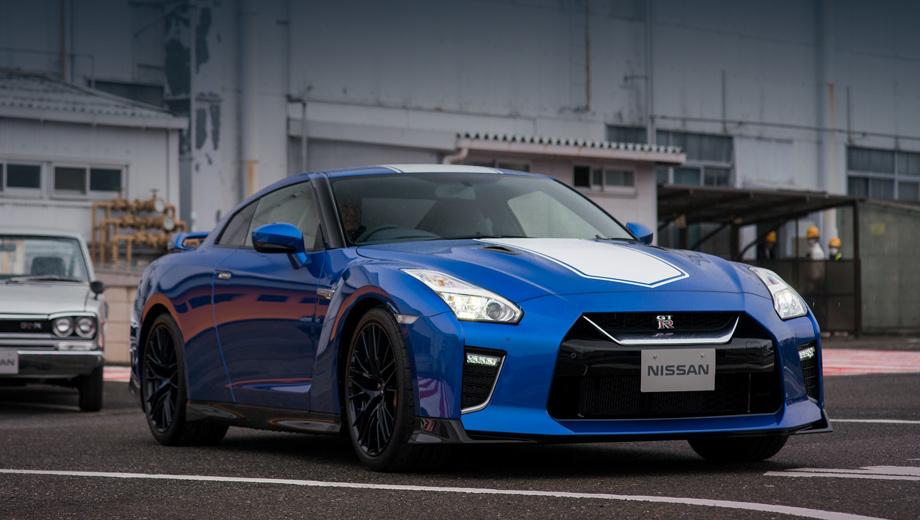 Nissan gt-r,Nissan gt-r nismo. Спорткар GT-R 50th Anniversary в окраске подражает гоночным GT-R прошлого, в частности, моделям, гонявшимся в серии Japan GP. Синий колер Bayside (Wangan) Blue вернулся впервые после модели R34 (последнего Скайлайна GT-R).