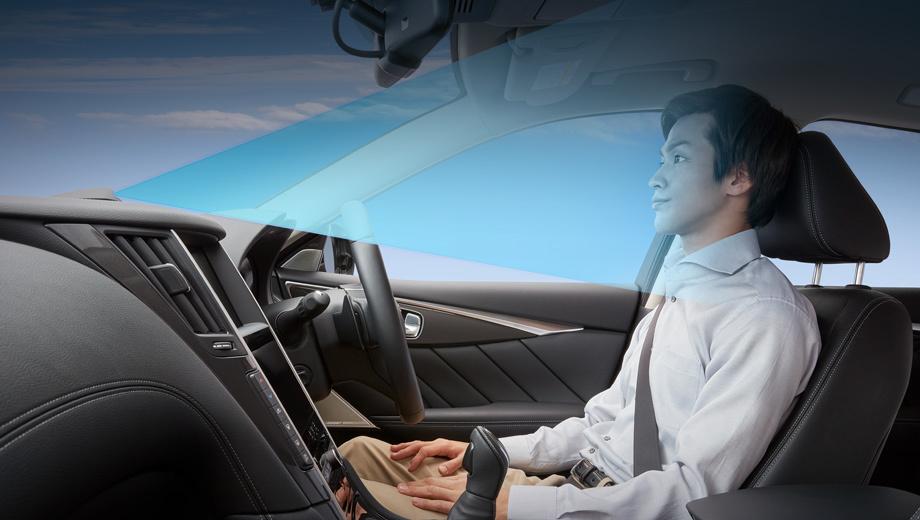 Nissan skyline. По центру передней панели установлен Driver Monitor — устройство, постоянно следящее за лицом водителя. Перед выполнением любой операции ProPilot должен убедиться, что обе руки лежат на руле. Все действия нужно подтверждать нажатием кнопки на ступице.