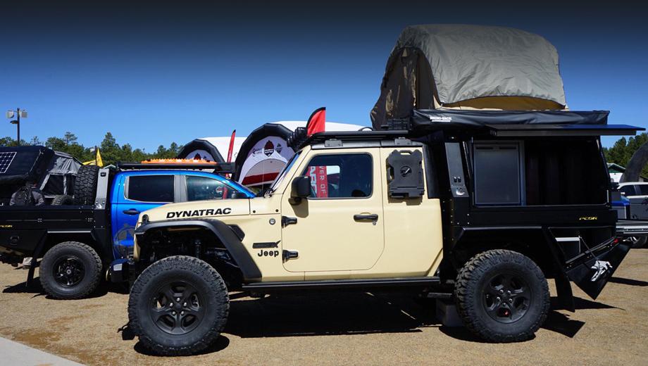 Jeep gladiator. Автомобиль выкроен из Гладиатора в комплектации Overland. Но разве его сходу узнаешь? Начать с того, что машину разобрали и укоротили ей раму на полметра, — сообщает Motor1.com. Кабина вместо четырёхдверной стала двухдверной.