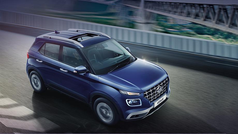 Hyundai venue. Поскольку на машины длиной до четырёх метров в Индии распространяются налоговые льготы, Venue пришлось укоротить. От носа до хвоста теперь 3995 мм (-41), ширина — 1770 (паритет), высота — 1605 (+40), колёсная база — 2500 мм (-20).