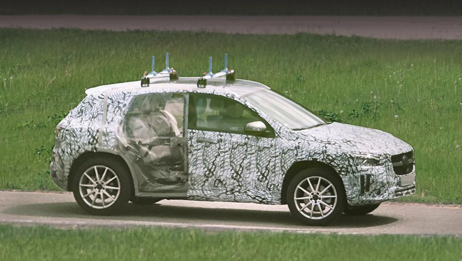 Mercedes gla. В дизайне прослеживается влияние хэтча А-класса нового поколения, компактвэна B-класса и паркетника GLB, родственных для GLA.