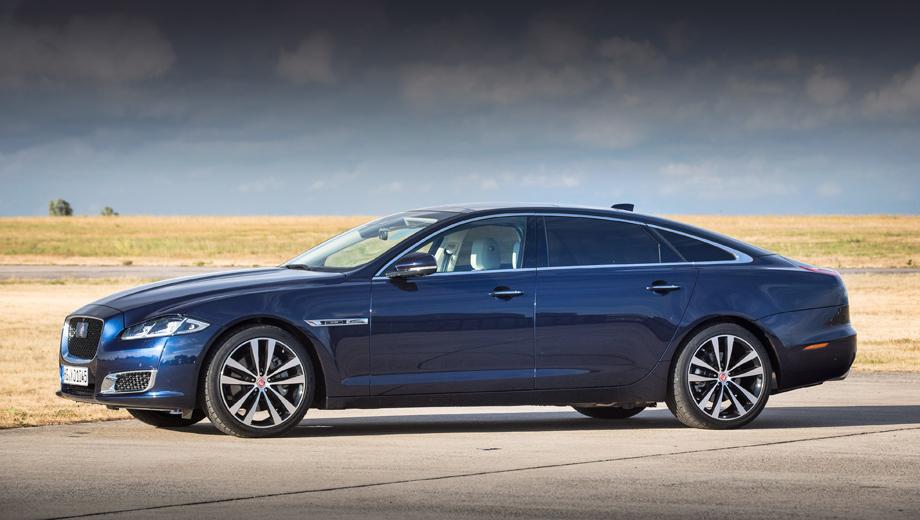 Jaguar xj. В прошлом году XJ отметил пятидесятилетие праздничным изданием Jaguar XJ50. Немного грустно, поскольку преемник будет в чём-то принципиально иным. В нём лишь шильдик сможет напомнить публике о славных предках модели.