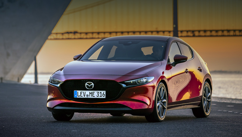 Mazda 3. В России будут продаваться машины с бензиновыми атмосферниками Skyactiv-G. Базовая версия 1.5 (120 сил, 153 Н•м) с «механикой» разгоняется до 100 км/ч за 11,3 с, а с «автоматом» за 12,4. С двухлитровым мотором (150 л.с., 213 Н•м) двухпедальный хэтчбек делает сотню за 9,3 с.
