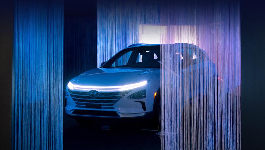 Hyundai nexo. Компания Hyundai по-разному привлекает внимание публики к перспективным технологиям. На днях в Нью-Йорке в рамках конференции Christie's 2019 Art+Tech Summit: The A.I. Revolution она открыла выставку The Future Landscape, на которой автомобили экспонировались в составе футуристических инсталляций.
