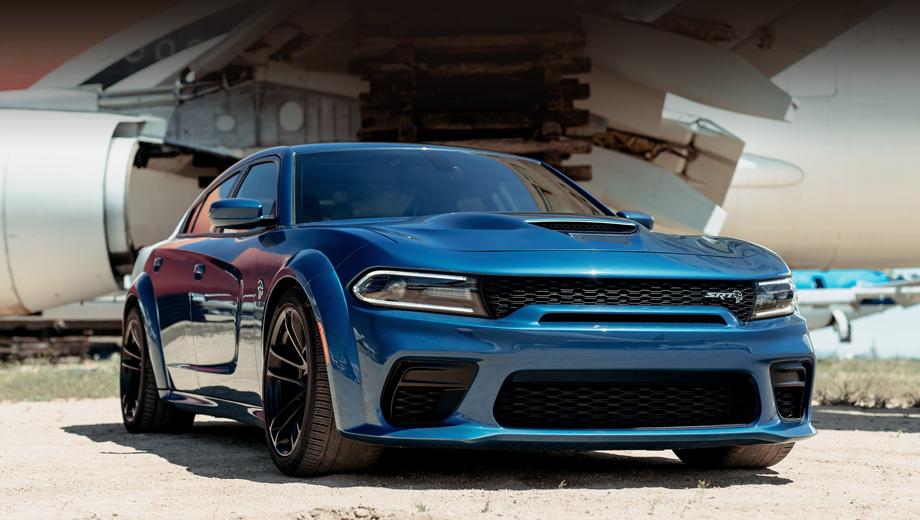 Dodge charger,Dodge charger srt hellcat. И «расширенный» седан Charger Hellcat (синий автомобиль на снимках в новости и в «Крупном плане»), и Charger Scat Pack (белый) стали динамичнее, хотя отдача их моторов не поменялась. Тут постарались более широкие и цепкие шины.