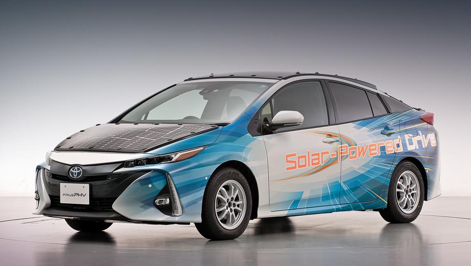Toyota prius. Демокар построен на основе модификации Prius Prime, которая отличается и дизайном, и гибридной начинкой. Акроним PHV на табличке означает Plug-in Hybrid Vehicle — подключаемый гибрид.