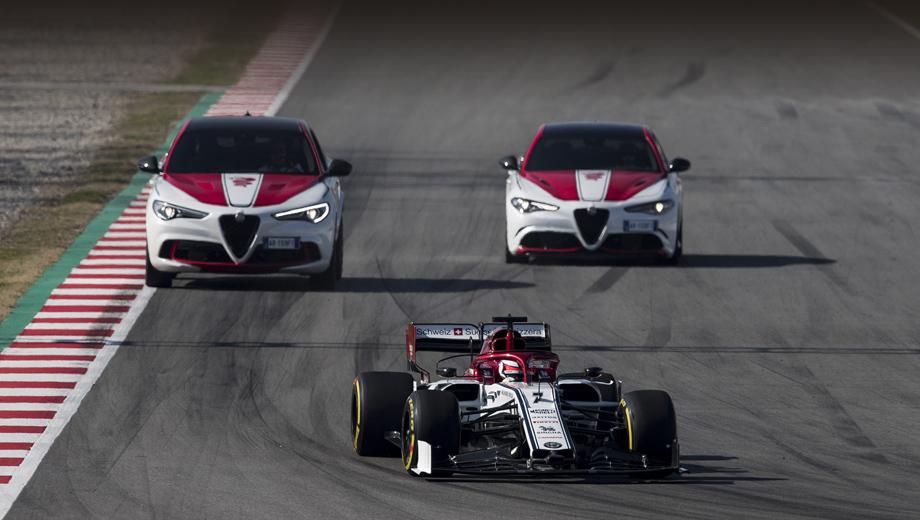 Alfaromeo giulia,Alfaromeo stelvio. В таком ракурсе видно, что в раскраске пара новых версий дорожных машин подражает болиду Alfa Romeo Формулы-1.