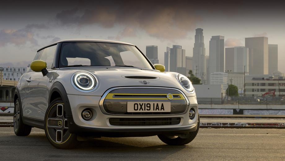 Mini cooper,Mini cooper se. Компания называет эту модель «первым маленьким автомобилем в премиальном сегменте, движущимся только на электротяге». Сородич по группе BMW — i3, который лишь чуть крупнее — отчего-то не считается, хотя на фирменной съёмке нового Mini он попадается рядом.
