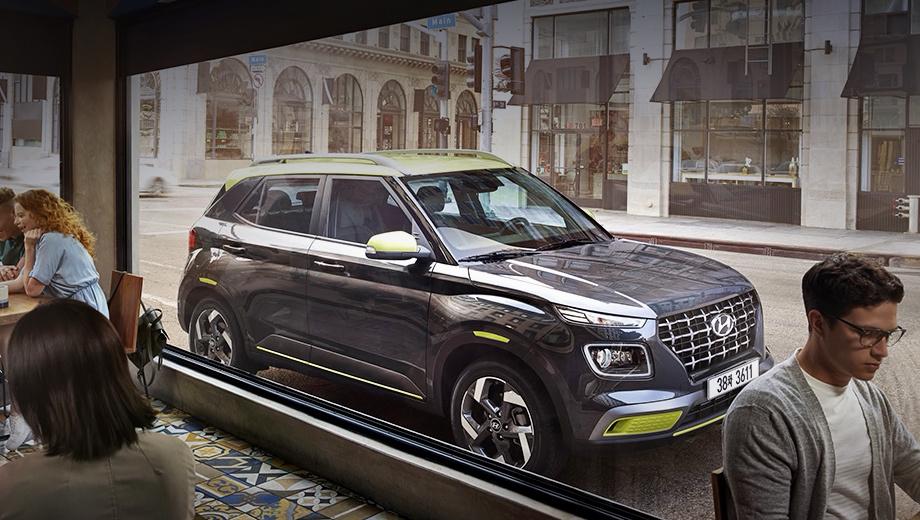 Hyundai venue. В Южной Корее предусмотрено три варианта исполнения. Это хорошо упакованный средний: с контрастными крышей, корпусам зеркал и вставками в бамперах, с 17-дюймовыми колёсами. Длина, ширина, высота — 4040×1770×1565 мм, колёсная база — 2520.