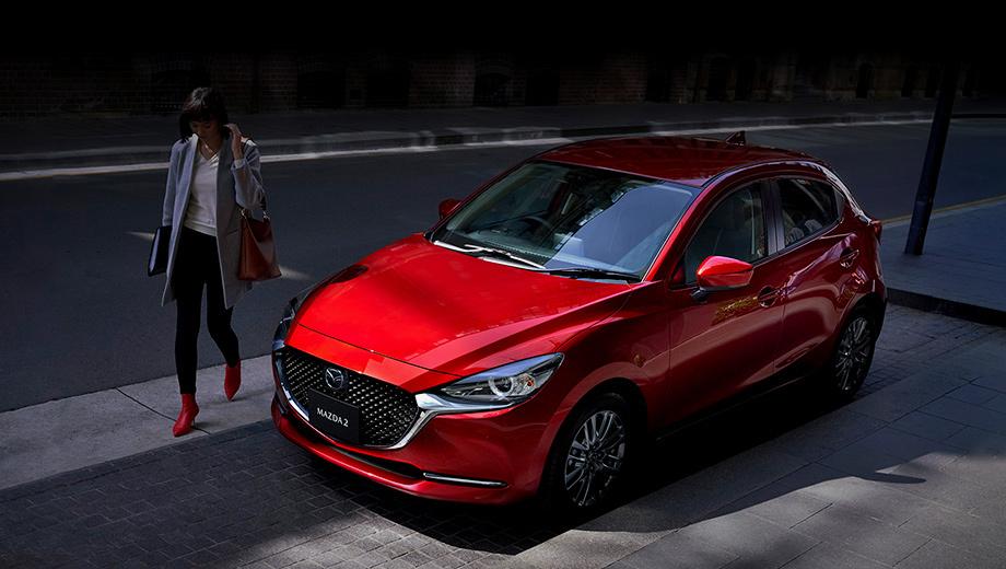 Mazda 2. Отныне у «двушки» такая же решётка, как у Мазды 6 и паркетника CX-5. Адаптивные светодиодные фары появились на модели впервые. В новом переднем бампере вместо противотуманок теперь хромированные планки, как у «шестёрки».