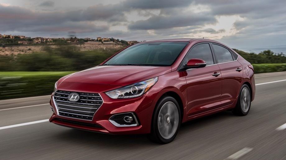 Hyundai accent,Hyundai elantra. За 2018 год Accent нашёл в Штатах лишь 29 090 хозяев — вдвое меньше, чем в 2017-м (58 955). Цены седана начинаются с $14 995 (943 840 рублей). Базовый вариант всё ещё оснащается шестиступенчатой «механикой», хотя многие модели в США стали исключительно двухпедальными.