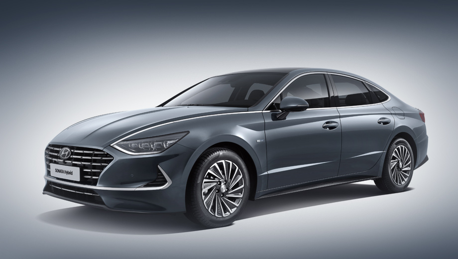Hyundai sonata,Hyundai sonata hybrid. Основное визуальное отличие от обычной Сонаты заключено в особой каскадной решётке радиатора с набором фигурных вырезов. Ещё тут легкосплавные «аэродинамические» колёсные диски с оригинальным рисунком и тоненький спойлер на крышке багажника.