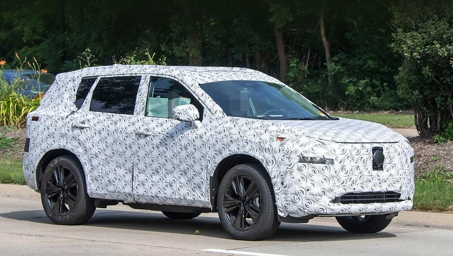 Nissan x-trail,Nissan roque. Общие контуры кузова и даже форма третьих боковых стёкол напоминают предшественника. Из заметных сразу отличий — поменялись места крепления наружных зеркал (ножка зеркала теперь стоит на дверной панели, а не в углу стекла).
