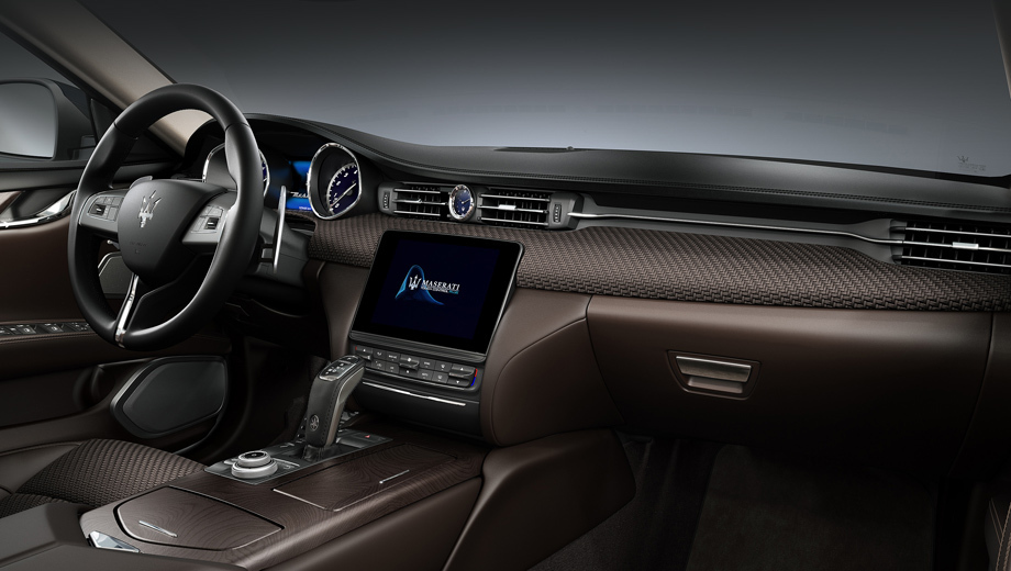 Maserati quattroporte,Maserati levante. Придумка Maserati укладывается в целую череду необычных идей, продемонстрированных в последнее время автопроизводителями. Можно вспомнить «трёхмерную кожу» в Bentley, углепластик с вплетёнными в него нитями из алюминия (Rolls-Royce) и меди (Porsche), вставки из перламутра (Bentley).
