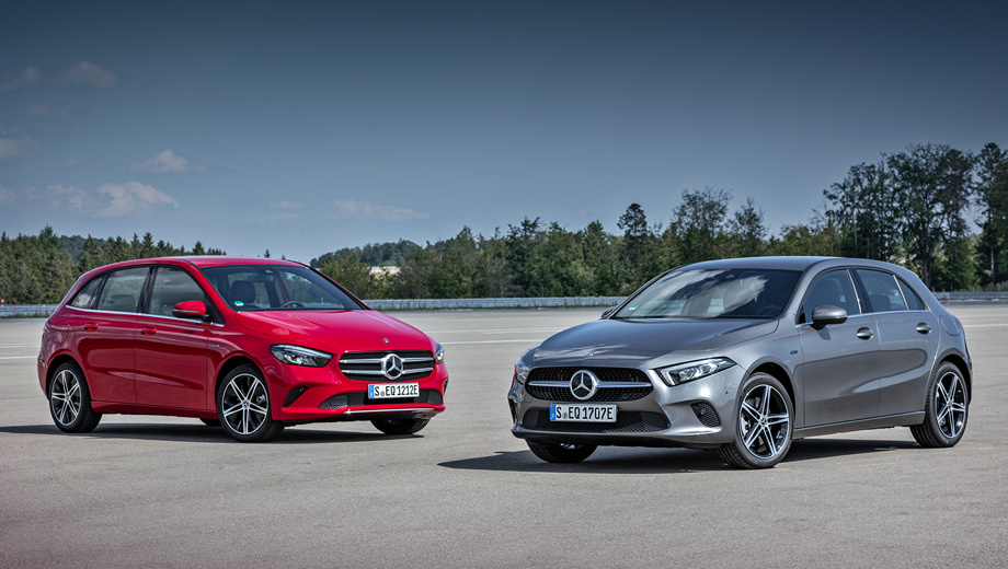 Mercedes a,Mercedes a e,Mercedes b,Mercedes b e. Расход топлива у новых версий — 1,4–1,6 л/100 км. Меньше всех в троице потребляет «ашка»-седан, а наибольшим аппетитом отличается B-класс. Самый быстрый — хэтч. Он разменивает сотню за 6,6 с (прочим нужно 6,7 и 6,8). Чемпион по максималке — четырёхдверка с 240 км/ч (у остальных 235).