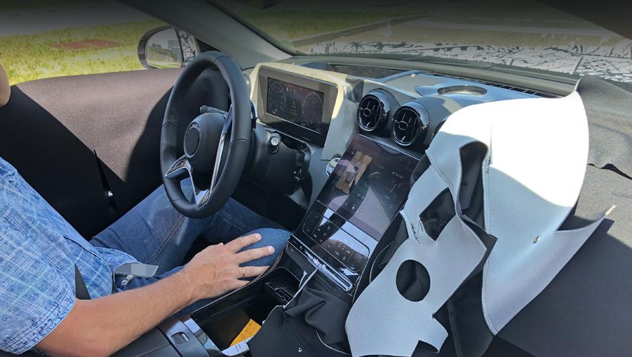 Mercedes c. Узнаваемое по нынешнему поколению трио круглых центральных дефлекторов перебралось повыше, чтобы уступить место дисплею. Приборка ожидаемо цифровая (её оформление, надеемся, тут неокончательное).