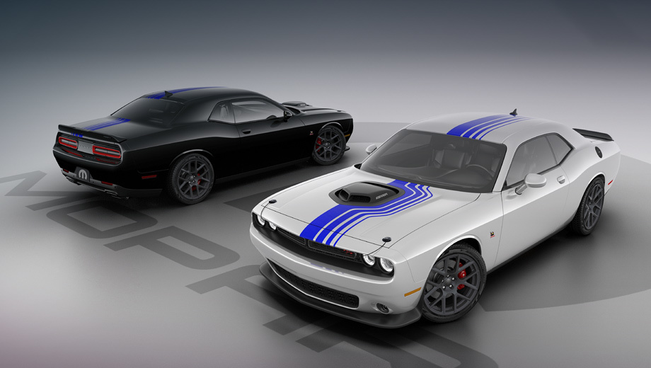 Dodge challenger. Кузов может быть белым или чёрным. Графика Mopar Shakedown с полосами Mopar Blue проходит через «горбатый» капот Shaker Hood с «быстрыми» замками. Задний спойлер украшает значок Mopar Design. Довершают облик 20-дюймовые диски из кованого алюминия на шинах Goodyear (245/45 R20).